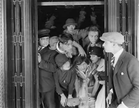 ascensore affollato